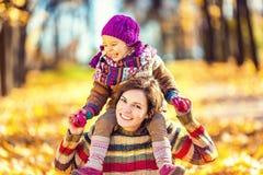 kvinna för pensionär för park för dotterfokusmoder Royaltyfri Foto