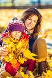 kvinna för pensionär för park för dotterfokusmoder Arkivfoto