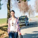 kvinna för petrol för bilgasbehov ut royaltyfri foto