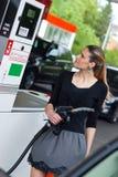 kvinna för petrolstation Royaltyfri Fotografi