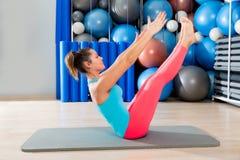 Kvinna för Pilates kuggfrågaövning på matt idrottshall inomhus Royaltyfri Bild