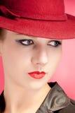kvinna för röd sensuality för hattstående stilfull arkivbild