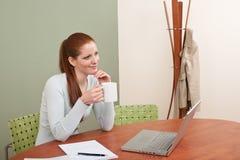 kvinna för red för kontor för hår för kaffekopp Royaltyfri Foto