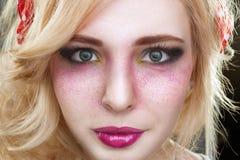 Kvinna för retro tappning för utvikningsbrud blond med det ljusa idérika sminket Royaltyfria Bilder