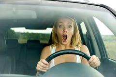 kvinna för rop för bilkörning förskräckt arkivfoto