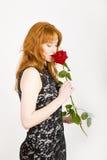 kvinna för rose för glamourståendered sexig Royaltyfria Foton