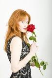 kvinna för rose för glamourståendered sexig Arkivbild