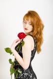 kvinna för rose för glamourståendered sexig Arkivbilder