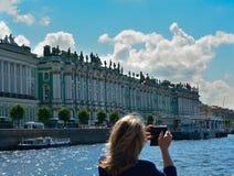 Kvinna för Ryssland St Petersburg sommarokända som tar en bild arkivfoton