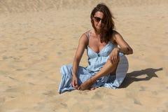 Kvinna för sanddyn arkivbild