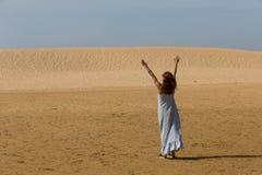 Kvinna för sanddyn royaltyfri fotografi