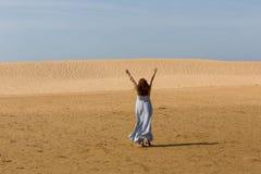 Kvinna för sanddyn arkivfoton