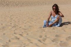 Kvinna för sanddyn arkivbilder