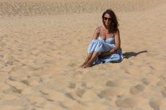 Kvinna för sanddyn arkivfoto