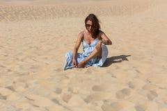 Kvinna för sanddyn fotografering för bildbyråer