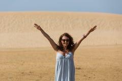 Kvinna för sanddyn royaltyfria foton