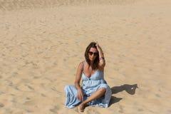 Kvinna för sanddyn royaltyfri foto