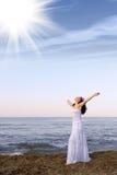 kvinna för seacoastsundresswhite Royaltyfri Fotografi