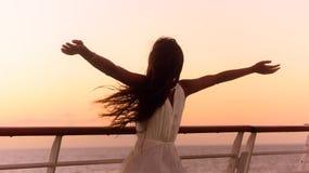 Kvinna för semester för kryssningskepp som tycker om solnedgånglopp Arkivbild