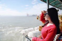 Kvinna för semester för kryssningskepp som tycker om lopp royaltyfri foto