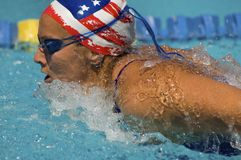 kvinna för simning för fjärilsslaglängd Arkivfoton