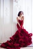 Kvinna för skönhetbrunettmodell i röd klänning för afton Royaltyfria Foton