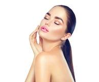 Kvinna för skönhetbrunnsortbrunett som trycker på hennes framsida Skincare Royaltyfria Bilder