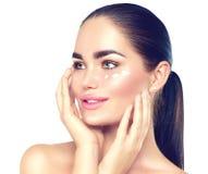 Kvinna för skönhetbrunnsortbrunett som trycker på hennes framsida Skincare Arkivbilder
