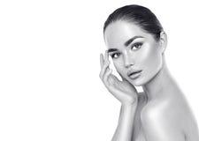 Kvinna för skönhetbrunnsortbrunett som trycker på hennes framsida Skincare Fotografering för Bildbyråer