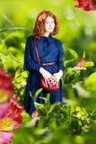 kvinna för skönhetgräsgreen Arkivbilder