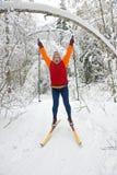 kvinna för skier för landskorsskog Arkivfoto
