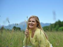 kvinna för sommar för grön det fria för fält nätt royaltyfria bilder