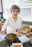 kvinna för soup för matlagningkök hög Arkivbilder