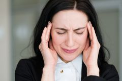 Kvinna för spänning för bestörtning för bekymmer för sinnesrörelsedåliga nyheterångest arkivbild