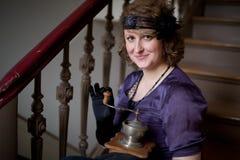 kvinna för ståendestiltappning arkivbilder
