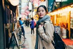 Kvinna för stads- livsstil för Japan osaka stad turist- fotografering för bildbyråer