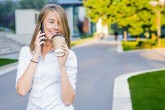 Kvinna för stadslivsstilaffär som använder smartphonen Ung yrkesmässig kvinnlig affärskvinna på den smarta telefonen royaltyfri foto