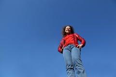 kvinna för stand för jeans för blått omslag röd royaltyfria bilder