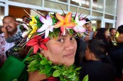 Kvinna för Stillahavs- öbo med blommaöverkanten Arkivbilder
