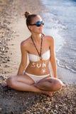 kvinna för sun för strandkrämskydd arkivbild