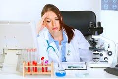 kvinna för tabell för bekymrat doktorskontor sittande Royaltyfri Fotografi