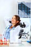 kvinna för tabell för doktorskontor koppla av sittande royaltyfri fotografi