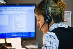 kvinna för telefon för härlig operatör för kundflickahörlurar med mikrofon olik Royaltyfri Foto