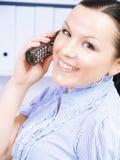 kvinna för telefon för kallande kontor för brunett Royaltyfri Fotografi