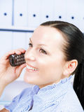 kvinna för telefon för kallande kontor för brunett Arkivfoton