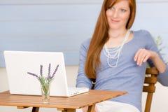 kvinna för terrass för bärbar datorståenderedhead royaltyfria bilder