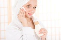kvinna för tonåring för hud för acneomsorg clean ansikts- Arkivbilder