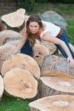 Kvinna för trädstammar Arkivbild