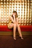 kvinna för trendiga exponeringsglas för klänning guld- arkivfoto