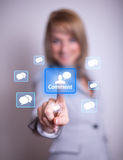 kvinna för trycka på för knappcommenthand Arkivfoton